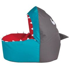 Dieser gemütliche Sitzsack ist perfekt für kleine Abenteurer. In dem geöffneten Haimaul kann Ihr kleiner Racker Platz nehmen und es sich auf der roten Zunge gemütlich machen. Kleine weiße Zähne, Augen und eine Haiflosse machen das witzige Design komplett. Der flauschige Bezug aus Polyester ist mit ca. 260 Litern Styroporkugeln gefüllt, was ein aufregendes und komfortables Sitzvergnügen zur Folge hat. Auf diesen Sitzsack wagen sich nur echte Helden!