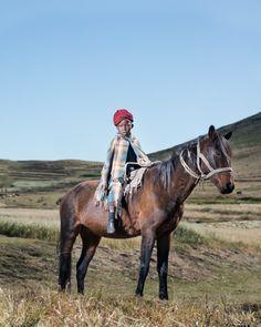 """[IMAGES] À la frontière entre #photo d'art et photo documentaire, la série de Thom Pierce sur les #Lesothans à #cheval invite à la contemplation. Découvrez la série sur le site de #fisheyelemag ! [Photo: © Thom Pierce / Image tirée de la série """"The Horsemen of Semonkong""""] #photo #photographie #photography #Lesotho #horsemen #semonkong #TheHorsemenofSemonkong #horse #horses #documentary"""