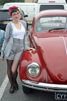 Look do dia Pin Up para exposição de carros em Guarulhos/SP; Shorts de cintura alta xadrez; Meia calça preta; Cardigan cinza; Bandana vermelha