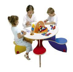 Table à jouer Pento - Table pour 5 enfants multicolore avec 5 assises solidaires pour une meilleure stabilité et un encombrement minimum - Patin élastomère antibruit et antidérapant - Bac à jouets avec un jeu de construction Plus Plus (70 pièces) et un pot à crayons. Dimensions : 60 x 120 cm avec une hauteur de 60 cm. #table #pento #couleur #crayon #plusplus #jouet #assises #multijoueur