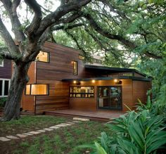 We will show you lots of ideas and photos of modern house facades, so you can make your home look contemporary and fabulous. Prefabricated Houses, Prefab Homes, Wooden House Design, Modern House Facades, Wooden Architecture, Timber House, Facade House, House In The Woods, Home Look