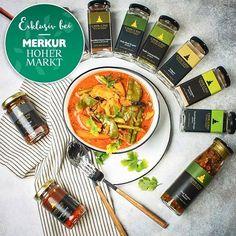 Unsere Chok Chai Produkte im Merkur Hoher Markt in #Wien  danke @merkurmarkt für diese superleckere Kreation! Da wurde unsere #PanengCurryPaste ja hervorragend verkocht!  Wer hätte gerne unsere Chok Chai Produkte im Laden seines Vertrauens?  und wem genügt der Online Shop?  . Wir wünschen euch ein wunderschönes und schmackhaftes Wochenende!  .  Unsere thailändischen Curry Pasten Saucen Gewürze und Geschenksets findest du auf www.chok-chai.at - klick einfach den Link in der Bio… Chai, Curry, Ethnic Recipes, Food, Products, Simple, Nice Asses, Curries, Essen
