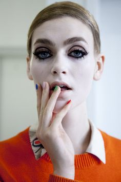 There was a vibe backstage at the Thom Browne Spring 2015 show, which was .nspired by Twiggy's July 1967 Vogue cover. 60s Makeup, Pin Up Makeup, Makeup Inspo, Beauty Makeup, Makeup Looks, Hair Makeup, Hair Beauty, High Fashion Makeup, Fashion Face