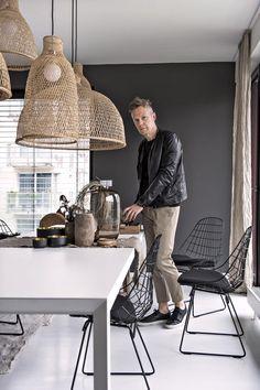 Mimořádně velký rozkládací jídelní stůl osvětluje skupina různě tvarovaných svítidel Ay Illuminate, doplňují jej židle Bertoia.