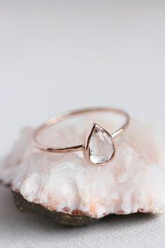 Este anillo de topacio blanco con forma de pera: | 43 Deslumbrantes anillos de compromiso de oro rosa que te dejarán sin aliento