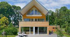 Modernes Mehrfamilienhaus aus Holz. Erstling mit großem Balkon und Dachterrasse. In diesem Holzhaus steht Wohlfühlen ganz oben. Überdachter Balkon