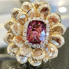 By @farahkhanali @farahkhanworld #diamonds #gemstones #bigrings #ring#beautifuldesign#jewellery #mm_mucevhemagazin