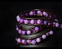 Bracelet bohémien fait main, mauve et noir, agathe cuir et perles de verre.