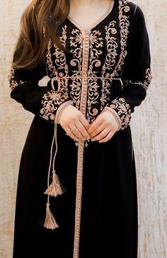 Kaftan Designs, Dress Neck Designs, Stylish Dress Designs, Stylish Dresses, Morrocan Fashion, Oriental Fashion, Arabic Dress, Hijab Fashionista, Afghan Dresses