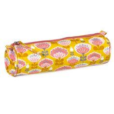 Une jolie trousse dessinée par MiniLabo pour ranger ses stylos et crayons et bien préparer la rentrée scolaire ! En toile enduite, elle ne redoutera pas les coulures de stylos récalcitrants.  20 x 6 cm. 9,90 € http://www.lafolleadresse.com/bagagerie/1477-trousse-fleurs-rose-sur-fond-jaune-minilabo-coton-sérigraphié-enduit.html