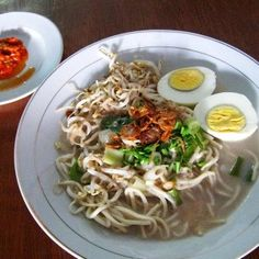 Mie Celor from Palembang, noodle with coconut milk, boiled eggs and shrimps Indonesian Cuisine, Indonesian Recipes, Coconut Milk Soup, Think Food, Food Tasting, Palembang, Food And Drink, Favorite Recipes