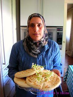 """Ieri ho imparato a fare il pane arabo, quello """"vero"""" grazie a Juba che è la signora che lavora in casa dei miei genitori e che ringrazio tanto per avermi permesso di imparare a fare il pane che in Marocco fanno ogni giorno. In realtà sembra molto semplice, """"soliti"""" ingredienti, ma ci vuole un po' di manualità che spero di avere appreso. Ingredienti: 1 kg di farina per pane 2 cucchiaini di sale abbondanti 3 bicchieri di acqua circa 1 panetto di lievito di birra Si impastano gli ingredienti in Focaccia Pizza, Pita Bread, Italian Pasta, Sugar Free Recipes, Antipasto, Street Food, Biscotti, Finger Foods, Bread Recipes"""