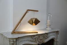 Réalisé avec le Brillant taille S (étoile), recouverte d'une bombe dorée, deux planches de palette et une suspension avec son ampoule LED (sécurité et ne chauffe pas le carton)