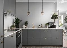 Kitchen Remodel & Decor - Money-Saving Kitchen Renovation Tips - Ribbons & Stars Kitchen Interior, New Kitchen, Room Interior, Interior Design Living Room, Kitchen Dining, Kitchen Decor, Kitchen Cabinets, Kitchen Grey, Kitchen Lamps