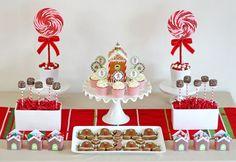 Gingerbread House Decorating Party - adoro a disposição da mesa de doces, os grandes pirulitos ao fundo, a casinha circundada de cupcakes e os vasos de pirulitos ou popcakes. Lindo!