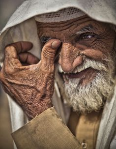 Graying by Ahmed Sameer (Old arabic man, face) what a beautiful face Old Faces, Many Faces, We Are The World, People Around The World, Old Man Face, Arab Men, Interesting Faces, World Cultures, Belle Photo