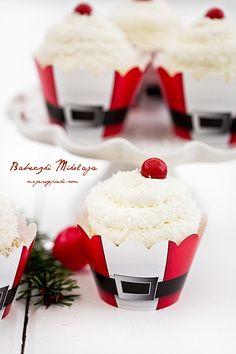 Cute idea for a Christmas Santa cupcake Candy Cane Christmas, Christmas Food Treats, Summer Christmas, Xmas Food, Christmas Drinks, Christmas Kitchen, Black Christmas, Santa Cupcakes, Christmas Cupcakes