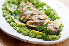 Pan-fried trout with almond flakes Broccoli Puree, Broccoli Recipes, Fish Recipes, Fish Dishes, Serving Dishes, Pan Fried Trout, Clarified Butter, Fish And Seafood, Flakes