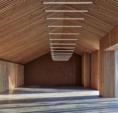 In opdracht van Wim Hof heeft studio IWT twee schuren in Stroe getransformeerd naar no-nonsense, maar sfeervolle ruimtes voor trainingen en oefeningen.