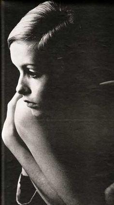 """Twiggy es una supermodelo, actriz y cantante inglesa. Conocida popularmente como Twiggy, se convirtió en un icono de la segunda mitad de los años 1960, incluso fue nombrada como """"el rostro de 1966"""" por el periódico inglés Daily Express."""