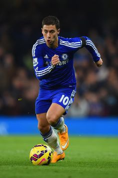 Eden Hazard Photos - Eden Hazard of Chelsea runs with the ball during the Barclays Premier League match between Chelsea and Tottenham Hotspur at Stamford Bridge on December 3, 2014 in London, England. - Chelsea v Tottenham Hotspur