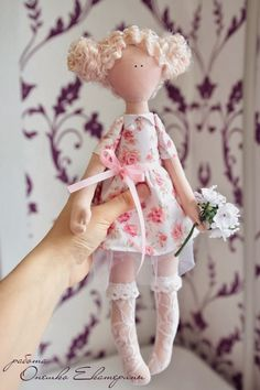 Mimin Dolls: Free doll pattern- use translator on right side of page! Doll Crafts, Diy Doll, Sewing Crafts, Doll Clothes Patterns, Doll Patterns, Softies, Doll Toys, Baby Dolls, Little Presents