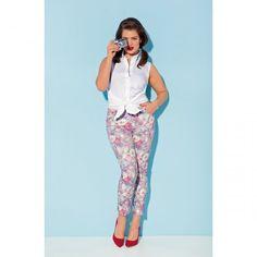 Pantaloni cu imprimeu floral. 5 buzunare. 64% bumbac, 33% poliester, 3% elastan. Lungime interioara 68 cm. Circumferinta tivului 12,5 cm.  259.00 LEI -30% 181.30 LEI