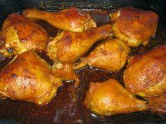Receptbázis - Fokhagymás csirkecombok sörben sütve - 8 csirkecomb,8-10 gerezd fokhagyma,1 teáskanál rozmaring,3 dl sör,só, bors,olaj, - húsokat megmossuk,rozmaring teszi,végeredmény egyszerűen,, A húsokat megmossuk, átkenjük a fűszerekkel és kiolajozott tepsibe tesszük. A megtisztított fokhagymagerezdeket mellé tesszük és felöntjük a sörrel. 180 fokos sütőben 40 perc alatt megsütjük. Néha megforgatjuk, hogy egyenletesen átsüljön. Burgonyapürével, vagy zöldséges rizzsel tálaljuk.