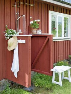 Gör det själv: Bygg utedusch för trädgården eller sommarstugan – Hus & Hem Outdoor Spaces, Outdoor Living, Outdoor Decor, Jacuzzi, Sweden House, Red Houses, Outdoor Baths, House Plants Decor, Red Cottage