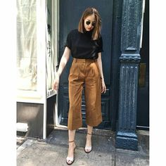 10 combined Chiques in tons of Terrosos – Blusa preta, calca pants 10 combined Chic in tons of Earthy – Black blouse, pants pants … Culottes Outfit Summer, How To Wear Culottes, Summer Work Outfits, Casual Work Outfits, Classy Outfits, Chic Outfits, Trendy Outfits, Fashion Outfits, Cullotes Outfit Casual