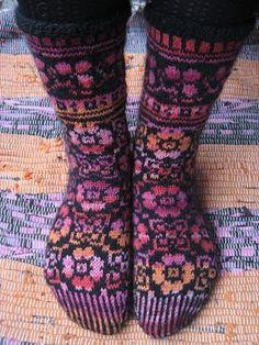 Drops design much better yarn Wool Socks, Knitting Socks, Knitting Projects, Knitting Patterns, Rainbow Dog, Fluffy Socks, How To Purl Knit, Knit Fashion, Diy Crochet