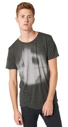T-Shirt in Melange-Optik für Männer (unifarben mit Print, kurzärmlig mit Rundhals-Ausschnitt) aus Jersey in Melange-Optik, Print vorne im London-Thema, TOM TAILOR Logo hinten am Saum. Material: 94 % Polyester 6 % Viskose...