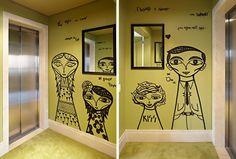 A parede do hall do elevador, pintada na cor Folha de Oliveira, da Coral, tem caricaturas da família grafitadas pelo artista Bruno Dias (Foto: Victor Affaro)