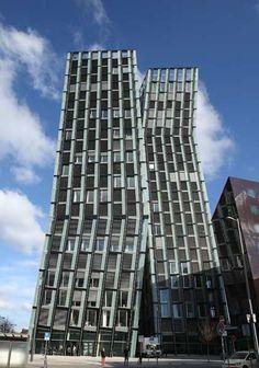 ドイツ・ハンブルクにある「ダンシング・タワー」。ラジオ局やナイトクラブ、ホテル、オフィスなどが入る複合施設だ(2013年04月04日) 【AFP=時事】
