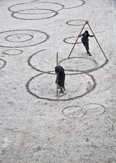 Molly Haslund, CIRCLES - Drawing upon the universe, Photo: Matilde… Land Art, Compass Drawing, Art Et Nature, Circle Drawing, In Natura, Mark Making, Art Plastique, Installation Art, Art Installations