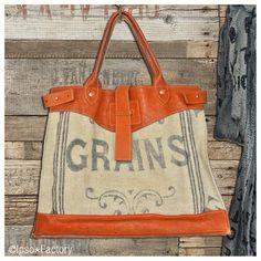 Modèle Unique : Sac confectionné dans une toile de lin ancienne, authentique sac à grains de 1920 à liteaux. Le travail du cuir donne de la tenue a...