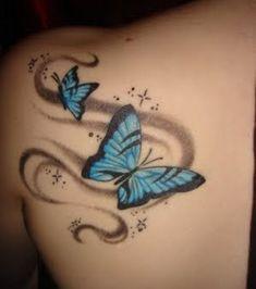 Tatouage papillons bleus sur l'épaule d'une femme