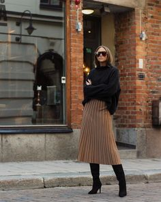 Cute Midi Skirt Outfits Ideas For Summer And Spring Season 28 Winter Fashion Outfits, Fall Winter Outfits, Autumn Winter Fashion, Autumn Style, Fashion Looks, Work Fashion, Steampunk Fashion, Gothic Fashion, Mode Outfits
