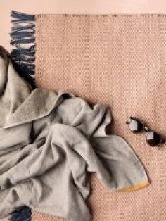Nomad rug Rose, Large fra Ferm Living Tæppet i Ferms Nomad serie er produceret af 100% genbrugt polyester - et bæredygtigt alternativ til nyproducerede tæpper. Et affaldsprodukt bliver genanvent, og resultatet er et slidstærkt og virkelig fint tæppe, som kan bruges både ude og inde. Materialet er så holdbart, at det tåler at ligge på terrassen, uden at du behøver bekymre dig om vejret. Når tæppet bliver snavset, vaskes det i maskinen ved 30°C - lad det ligge fladt mens det tørrer. Mål: 70…