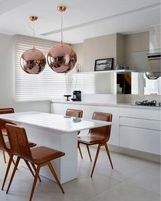 """5,407 curtidas, 41 comentários - Decoramundo (@decoramundo) no Instagram: """"Cozinha gourmet em super nano na bancada e mesa em laca branca com vidro pintado branco. Os…"""""""