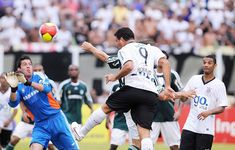Corinthians, 106 ,Em 8 de março de 2009 Ronaldo marca seu primeiro gol com a camisa do Corinthians, no empate em 1 a 1 diante do Palmeiras em Presidente Prudente. A união entre o jogador e o clube foi fenomenal para ambos. Foto: UOL