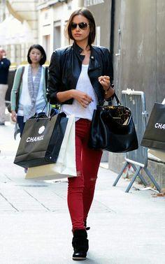 E, por falar na Irina, eu trouxe um dos looks que mais gosto dela! De inspiração para quem vai passear ou fazer compras.  Ela veste uma combinação fashion de jaqueta curta, preta + blusa branca, básica + calça jeans vermelha, rasgada + óculos estiloso + bolsa e botas pretas. Adorei! #creative #fashion #streetstyle #irinashayk