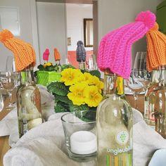 Tischdeko Idee mal etwas anders ... diese Idee hatte ich für eine Veranstaltung :-) #Pudelmütze #handmade #DIY #Primeln #unglaublich #Winter #Frühling #tabledecor #table #knitting #wollreste #decoration #Inspiration  #winery #Weingutwerk2 #weinverbindet . .  Selbstgestrickt aus Wollresten zum mitnehmen für die Sonntagseier (Eierwärmer mit Bommeln)
