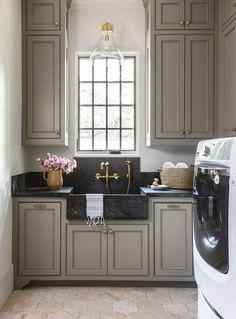 Laundry room decor is essential for turning your utility room into a luxurious hideaway. These 13 laundry room decor ideas are sure to inspire you to liven up. Laundry Room Sink, Small Laundry Rooms, Laundry Closet, Laundry Room Design, Kitchen Design, Fixer Upper, Narrow Rooms, Wallpaper Ceiling, California Closets