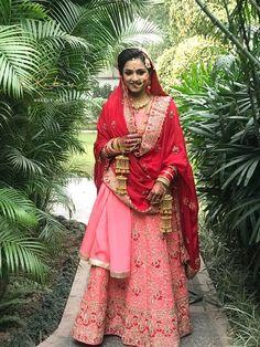 Bt dupatta cud hav takn in better way. Indian Bridal Outfits, Indian Fashion Dresses, Pakistani Dresses, Bridal Dresses, Wedding Lehnga, Bridal Dupatta, Wedding Bride, Sikh Bride, Punjabi Bride