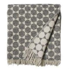 Anna-Lisa filt från Brita Sweden är tillverkad av 100% lammull och kommer med en grafisk design som är inspirerad av Brita Swedens egna mattor. Pläden passar både som ett snyggt överkast till sängen eller bara att ha i soffan som en snygg och varm inredningsdetalj!