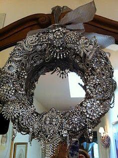 A beautiful wreath made from hundreds of rhinestone pins. Jewelry Christmas Tree, Jewelry Tree, Christmas Wreaths, Christmas Crafts, Diy Jewelry, Jewelry Booth, Xmas, Jewelry Making, Fancy Jewellery