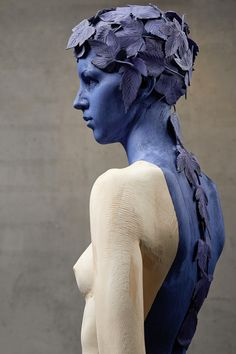 Blue - woman with leaves - figurative sculpture - Willy Verginer