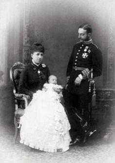 Alfonso XII y María Cristina de España con su hija la Infanta María de las Mercedes. 1880 http://monarquiasi.tumblr.com