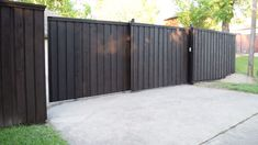 a driveway gate but don't have a lot of space? This may be your solution.Want a driveway gate but don't have a lot of space? This may be your solution. Fence Gate Design, Front Gate Design, Modern Fence Design, Privacy Fence Designs, Main Gate Design, House Gate Design, Modern House Design, Modern Gates, Steel Gate Design